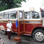 Der koloniale Bus erregt Aufmerksamkeit im Straßenverkehr von Rangun