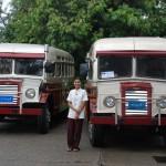 Gleich zwei von den charmanten Bussen fahren durch die Ex-Kapitale
