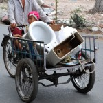 Alles erdenkliche wird mit dem Moped oder Rad transportiert