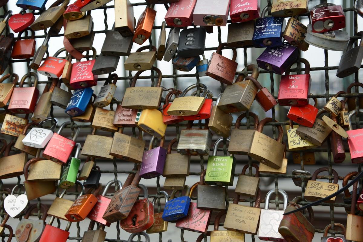 Auch in diesen Tagen kann aus einem Flirt die große Liebe werden - dann hängt bald ein weiteres Schloss im Schlössermeer der Hohenzollernbrücke
