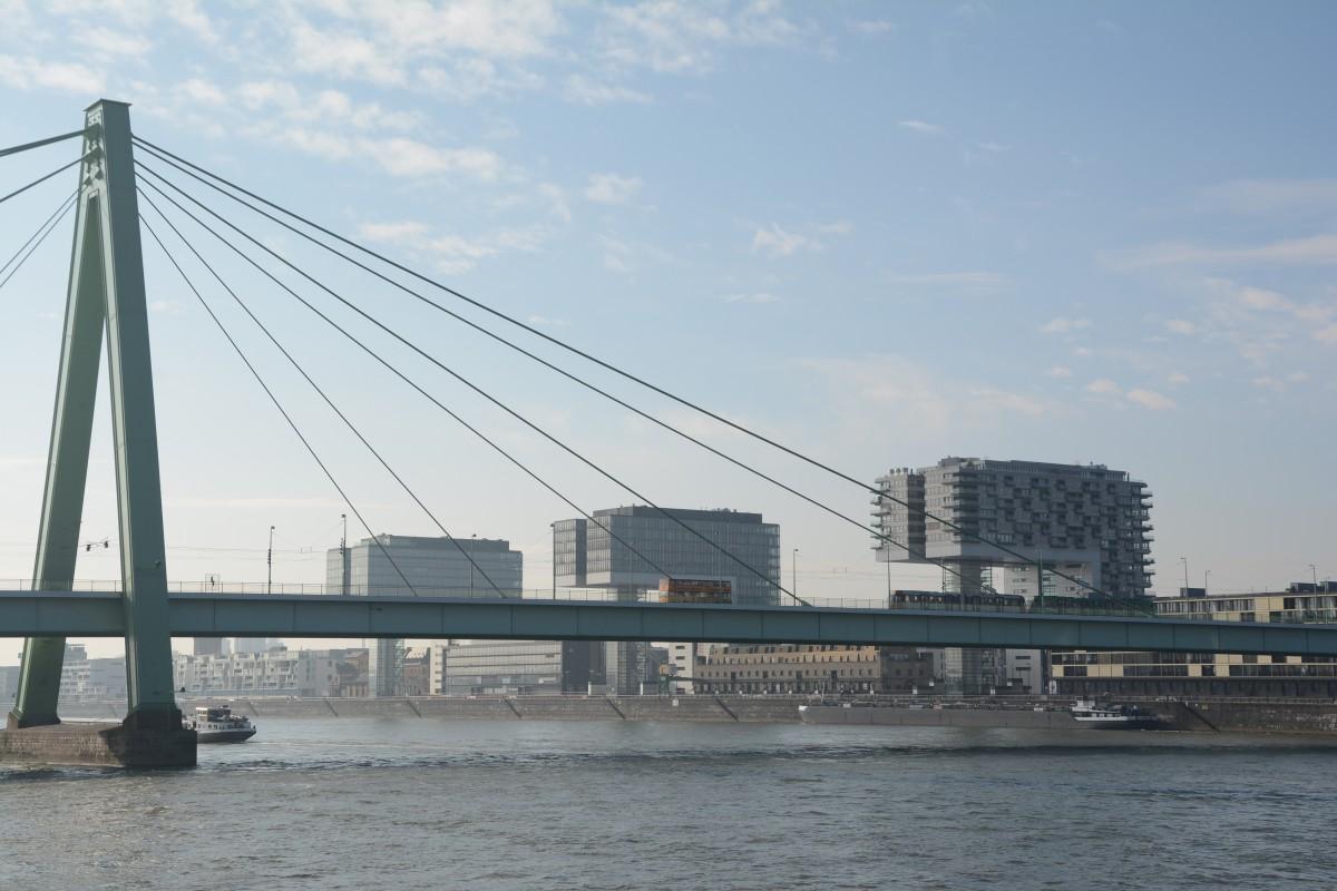 Oder ein Blick auf das moderne Köln mit seinen Kranhäusern, davor die Severinsbrücke.