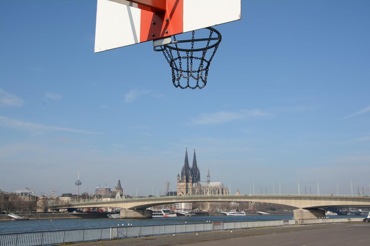 Zu empfehlen ist auch mal einen anderen Blick auf die Stadt zu werfen .... von dort, wo beim Kölner Tatort immer die Würstchenbude steht!