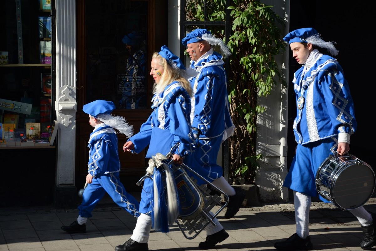"""""""Wenn et Trümmelche jeet"""" - überall in der Stadt sind kleine und große Trommlergruppen unterwegs"""