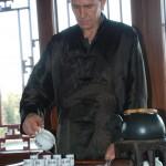 Der Meister zelebriert die Zubereitung des Oolong Tees aus Taiwan