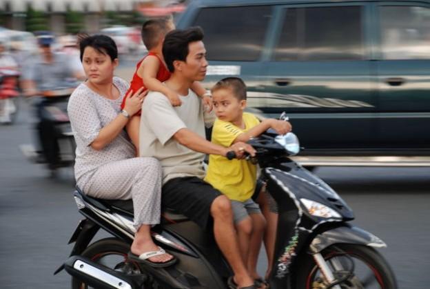 Normaler Anblick: Familie auf dem Moped