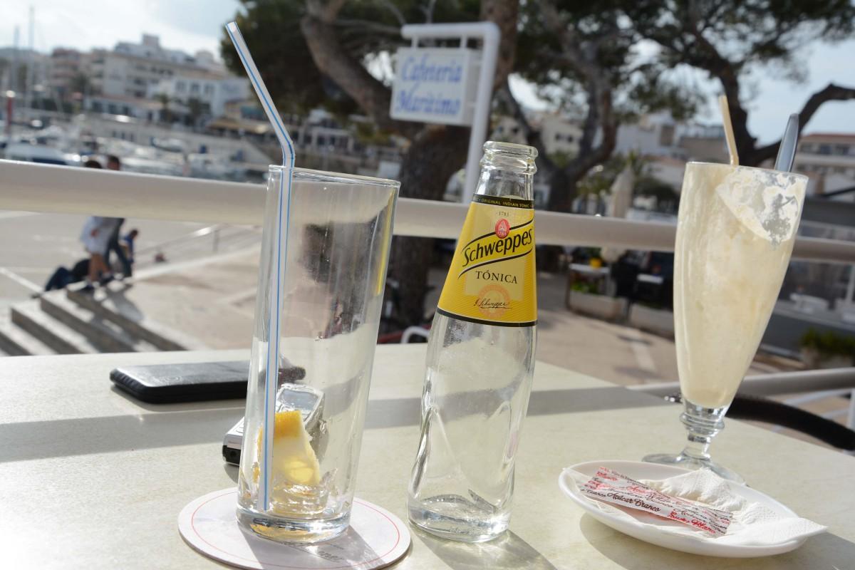 Gin Tonic und Eiscafe schmecken in der Hafenbar bereits köstlich