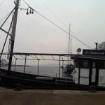 Räucherschiff Berta im Hafen von Lauterbach