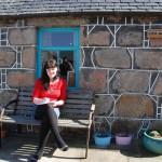 Künstlerin vor ihrem Fischerhaus in Footdee