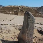 Megalith vor Pyramide