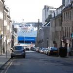 Straße mündet in den Hafen