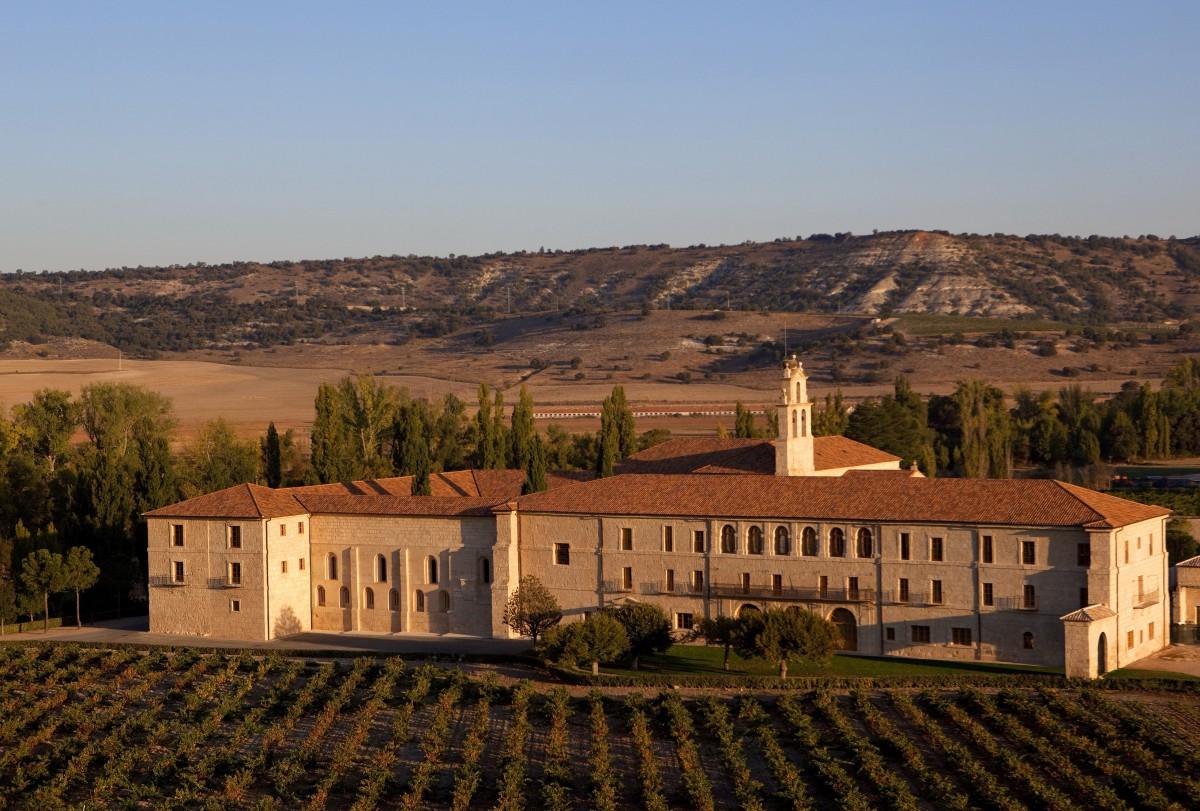 Das Kloster aus dem 12. Jahrhundet inmitten des Weinanbaugebietes